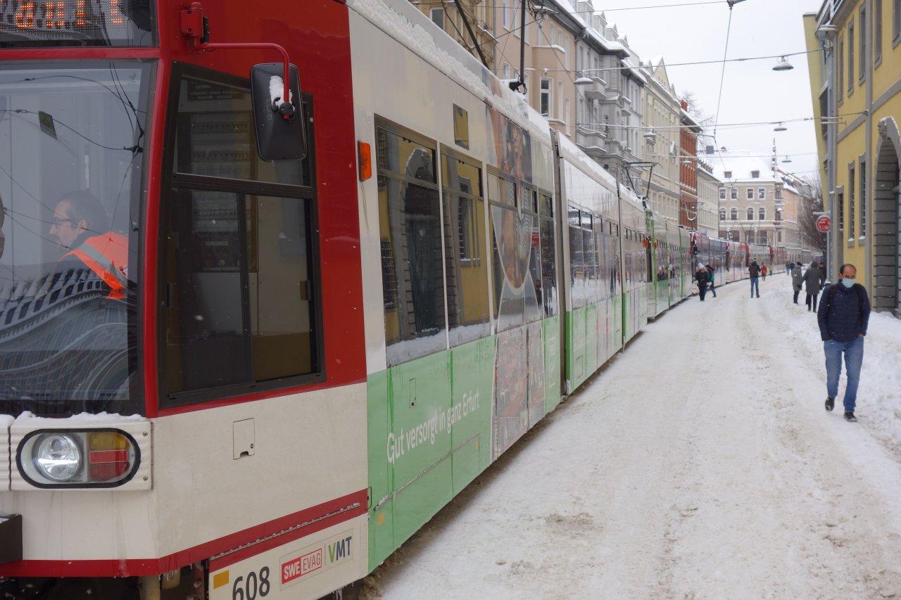 In einer langen Schlange reihten sich am Mittag die Straßenbahnen in der Bahnhofstraße. Dort war aber vorerst Schluss.