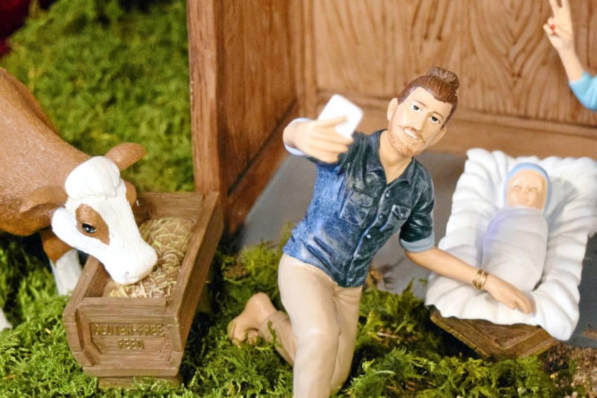 Moderne Weihnachtskrippe.Josef Schickt Selfie Aus Der Krippe Moderne Weihnachtskrippe Aus