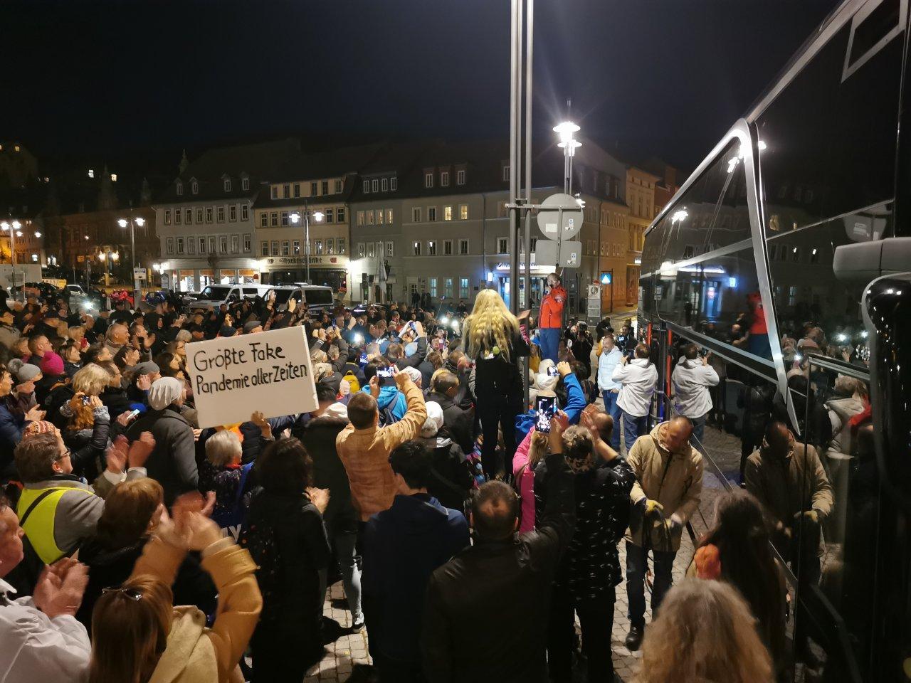 Etwa 400 Menschen versammelten sich auf dem Eisenacher Marktplatz, um die Querdenker und Corona-Leugner um Bodo Schiffmann (rote Jacke) reden zu hören.