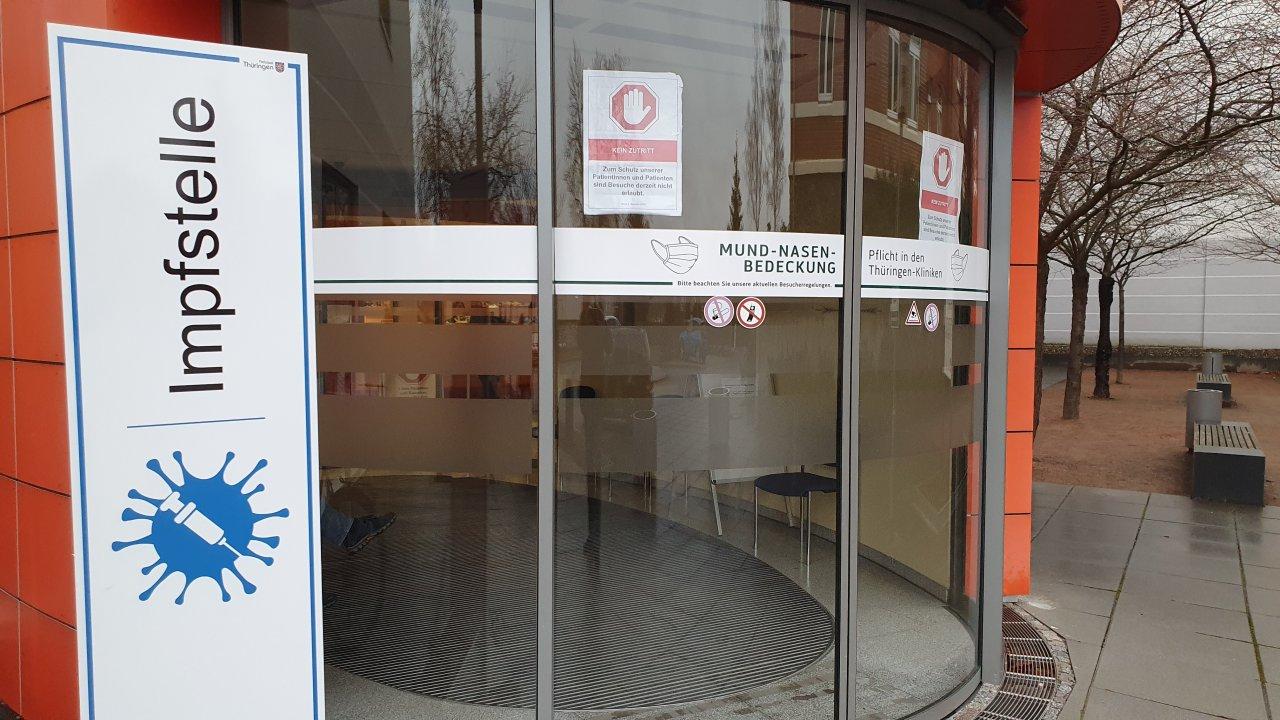 Im Krankenhaus Pößneck befindet sich die einzige Impfstelle im Saale-Orla-Kreis. Termine sind je nach Verfügbarkeit im Internet oder telefonisch zu vereinbaren.