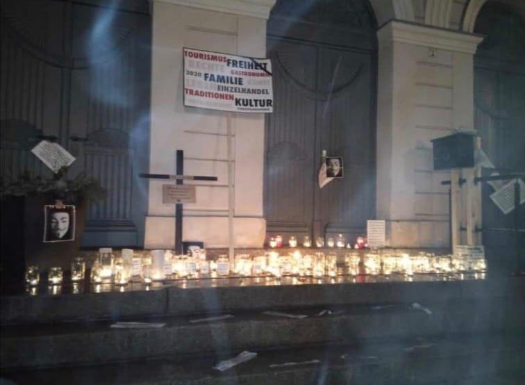Kerzen, Plakate und ein Kreuz wurden am Sonntagabend in Zeulenroda-Triebes auf die Rathaustreppen gestellt.
