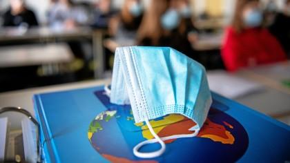 Ein Beschluss des Amtsgerichts Weimar zu Corona-Regeln an Schulen hat nach Auffassung des Bildungsministeriums keine Auswirkungen für Thüringen.